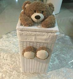 Cesto fofo de urso. Ideal para organizar roupas sujas ou brinquedos. Cesto vime plástico. Forro em tecido. Quarto de bebê.