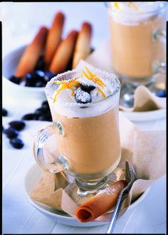 Ruckzuck fertig! Kaltes QimiQ Whip leicht aufschlagen, restliche Zutaten und fertig aufschlagen. Fertig ist der gerührte Eiskaffee à la Orange. QimiQ Whip bindet Flüssigkeiten, daher kommt es zu keinem Absetzen der Zutaten. Munter, Dessert, Parfait, Panna Cotta, Yummy Food, Ethnic Recipes, Light Appetizers, Orange Juice, Iced Coffee