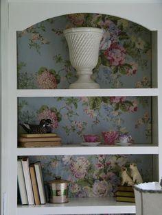 Maison Decor: pretty chintz fabric in bookcases