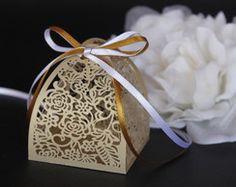 Caixinha para bem casado dourada Party Favors, Arts And Crafts, Christmas Ornaments, Holiday Decor, Pattern, Gifts, Wedding, Silhouette, Chocolates
