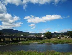 안녕하세요 우리닷컴입니다. 오늘은 일본의 대표적인 관광지인 아라시야마를 소개해드릴까 합니다.    - 아라시야마  일본의 대표 관광지 교토, 교토와 더불어 가을에 여행하기 좋은 곳이 바로 아라시야마다. 교토가 수도였던 시절 귀족의 별장지로 인기를 누렸던 곳으로, 지역 전체가 명승지로 지정돼 교통 관광에서 놓쳐서는 안되는 곳이다. 봄 가을에 피는 벚꽃과 단풍, 도시의 중심부를 흐르는 가츠라 강 위에 도게츠교는 아라시야마의 대표적 상징이다. 곧게 뻡은 대나무 숲이 인상적인 치쿠린 산책로는 동양의 정서를 만끽하기에 충분합니다.