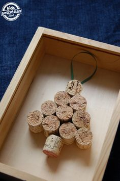 Christmas ornaments to make from corks. Would make fun party favors or DIY gift to add with a bottle of wine!