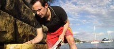 El científico Mark Browne, de la universidad de New South Wales en Australia recoge muestras en la costa.