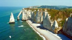 Etretat, Normandie in France - William I, the Conqueror, ruled Normandie area of France & England for 16 years. Oh The Places You'll Go, Places To Travel, Places To Visit, Camping Places, Etretat Normandie, Falaise Etretat, Rio Sena, Costa, Menorca