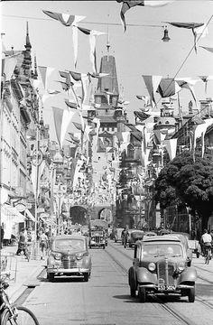 Kaiser-Joseph-Straße mit Martinstor ca. 1953    Blick zum Martinstor. Die Kaiser-Josef-Straße war anlässlich des Schauinsland Bergrennen festlich geschmückt. Aufnahmedatum ca. 1953  Das ADAC-Schauinsland-Rennen wurde von 1925 bis 1984 auf dem Freiburger Hausberg veranstaltet. Dabei wurden auf der 12