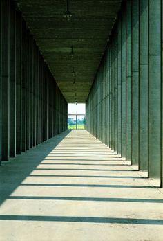 Luigi Ghirri, dalla serie Il Cimitero di Modena, 1983, campagna fotografica per la mostra Aldo Rossi. Galleria Civica di Modena, Raccolta della Fotografia.