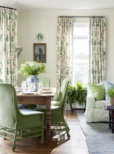 This lovely French cottage dining room boasts a farmhouse dining table surrounded by green wicker chairs complementing green and orange floral curtains. Target Home Decor, Retro Home Decor, Home Decor Styles, Farmhouse Style Kitchen, Modern Farmhouse Kitchens, Mug Design, Inspiration Design, Design Ideas, Interior Decorating