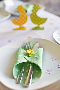 décoration-Pâques-table-vert-jaune-serviette-papier-pois-blancs