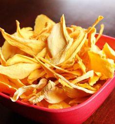 Adoro chips de frutas secas. Além de ser uma opção mais nutritiva para aquelas horas que bate a fome, pode ser ideal para consumirmos durante viagens mais longas de carro ou avião e não queremos ceder à tentação das guloseimas....