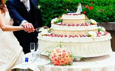 Düğün Pastası, Düğün organizasyonlarının en önemli parçası olmasına rağmen, kimsenin fazla da dikkat etmediği düğün pastasının seçimi de aslında büyük önem taşıyor. Pastanın sağlıklı, düşük kalorili ve lezzetli olması, davetlilerin damak tadına hitap edilmesi açısından önemli.