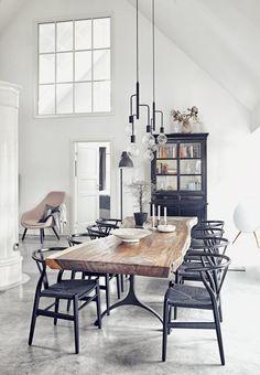 Um lar dinamarquês com o pé direito alto. Design de interiores: Sidsel Zachariassen. Fotografia: Magnus Klitten / Boligmagsinet.