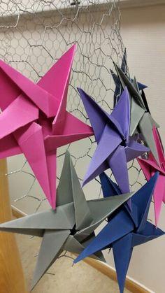 Elevarbeid. Skjørt i hønsenetting og origamistjerner.