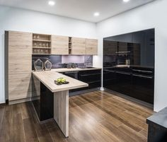 Meble kuchenne z czarnymi, szklanymi i drewnianymi frontami