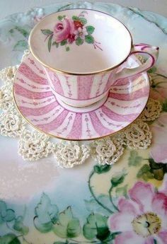 Vintage Cups, Shabby Vintage, Vintage China, Vintage Dishes, Café Chocolate, Cuppa Tea, China Tea Cups, Teapots And Cups, My Cup Of Tea