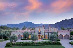 Northern Italian style villa surrounded by an inviting desert oasis - Cheryl Eileen Futch - Styles Cool Modern Mediterranean Homes, Tuscan Style Homes, Spanish Style Homes, Tuscan House, Spanish House, Mediterranean Architecture, Modern Homes, Italian Style Home, Italian Home Decor
