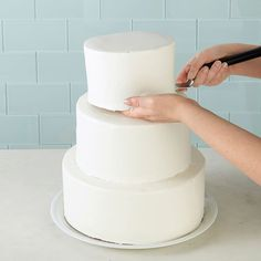 Stacking is the most architectural method of tiered cake construction. Tiers are placed directly on top of one another and pillars are not used. Cakes are supported and stabilized by dowel rods and cake boards. Cake Decorating Tips, Cookie Decorating, Cake Pillars, Dummy Cake, How To Make Icing, Rhubarb Cake, Fake Cake, Girl Cakes, Cake Tutorial