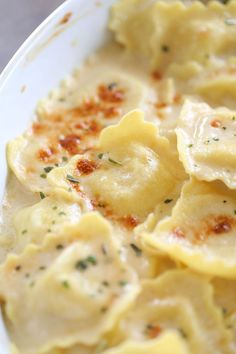 A super easy and decadent dinner idea, this Brown Butter Alfredo Baked Ravioli will definitely have you weak in the knees after one bite. Pasta Recipes, Dinner Recipes, Cooking Recipes, Recipes With Ravioli, Ravioli Dinner Ideas, Cheese Ravioli Recipe Easy, How To Cook Ravioli, Ravioli Sauce Recipe, Cooking Ideas
