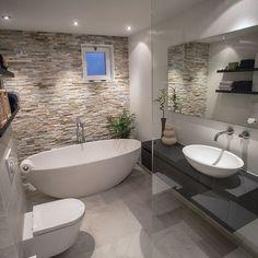 Le parement pierre pour une salle de bain cosy en accord avec le carrelage. #bathroom #bathroomideas #bathroomdesign #salledebain #bathroomremodel #baignoire #douche #bath #bathub # bois #meuble #amenagement petite #carreaux de ciment #couleur #carrelage #originale #douche #recup # italienne #industrielle #grise #cocooning #contemporaine #pierre # sous pente # suite parentale