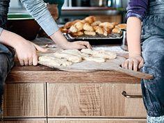 Boken MIN MAT - naturligtvis! innehåller inspiration och tips kring god och sund matlagning. Ett kapitel fokuserar på att laga mat tillsammans med sina barn. Barn som vänjer sig vid hemlagad mat kan lättare kan skilja mellan sund hemlagad mat och osund färdigmat med tomma kalorier.