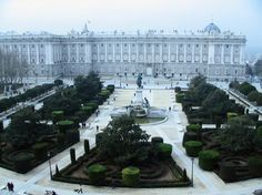 Madrid en invierno Heaven And Hell, Plaza, Getting Out, Landscape Art, Paris Skyline, Places To Go, Spain, Aqua, Louvre