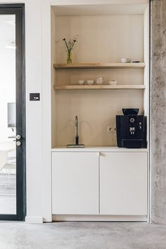 Office Tour: WeWork Moorplace Coworking Offices – London - Pantry With One Redo Mini Kitchen, New Kitchen, Office Kitchenette, Kitchenette Design, Pantry Interior, Coin Café, Office Entrance, Home Decor Signs, Break Room