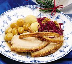 Flæskesteg med brunede kartofler og rødkål