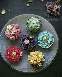beautiful cupcakes done by student from HK  insta: ruahcake