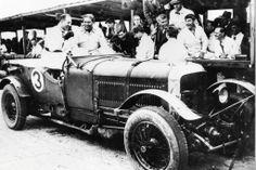 Né en 1895, Woolf Barnato fut une des figures les plus fameuse de l'histoire du sport automobile d'entre les deux guerres (ici à droite avec jack dunfee). lien : http://www.24h-lemans.com/fr/actualites/woolf-barnato-monsieur-100-_2_1_1707_10110.html