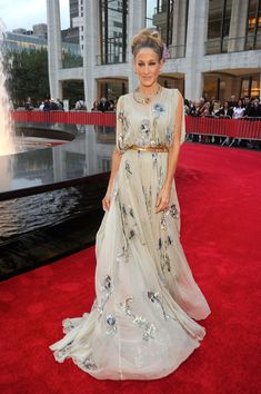 Sarah Jessica Parker and Anne Hathaway both donned Valentino for last night's opening of the NYC Ballet. Sarah Jessica is a longtime supporter of the NYC dance Sarah Jessica Parker, Fashion Week, Look Fashion, Tokyo Fashion, Dress Up, Dress Card, Carrie Bradshaw, Mode Chic, Glamour