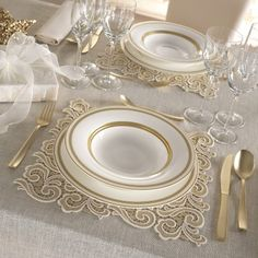 Idea Natale: regala l'eleganza oro dei sottopiatti Irene Caprai Christmas idea: give the gold elegance of the Irene Caprai underplates Comment Dresser Une Table, Deco Table Noel, Table Setting Inspiration, Wedding Plates, Christmas Table Settings, Christmas Tables, Beautiful Table Settings, Table Set Up, Elegant Table