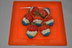 Zomerkoninkjes: aardbeien in witte chocolade gedoopt en gedipt in blauwe suiker.