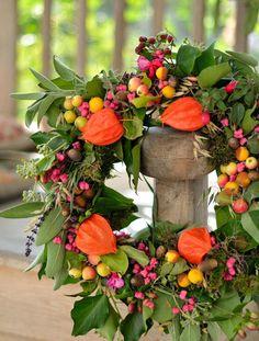Was wäre der Herbst ohne feuriges Orange und warmes Purpur? Beim Binden ihres Kranzes ließ Katarzyna Vorsicht walten – die Samenstände der Lampionblume (Physalis) sind doch recht empfindlich.