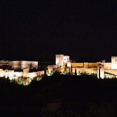 Instagram【yk2494】さんの写真をピンしています。 《La vista nocturna de la Alhambra🌙 Puedo estar aquí mucho tiempo sin pensar nada☺️ que románticooo . .  前行った時もここでぼーっとしてた☺︎ . .  #alhambra #miradordesannicolas #noche #granada #andalucia #españa #viaje #アルハンブラ #夜景 #旅行  #グラナダ #アンダルシア #スペイン #❤️ #🇪🇸》