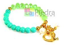 Pulsera de elastico con piedra jade y cristal rondel en color verde, bola lisa dorada y dije de corazon y llave