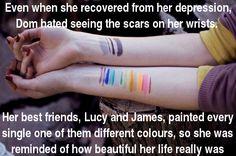 Incluso cuando se recuperó de su depresión, Dom odiaba ver las cicatrices en sus muñecas. Sus mejores amigos, Lucy y James, se las pintaron de todos los colores, para que recordara lo preciosa que era su vida.