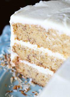 Esta es la mejor receta de la torta de plátano!  Es tan suave, fácil de hacer y perfectamente dulce!  Comienzo con glaseado de crema de queso crema!  ¡Me encanta!