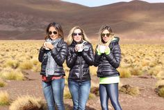 Quem me segue no Instagram viu que estou fazendo uma viagem maravilhosa para o Deserto do Atacama junto com a minha querida Lalá Noleto. Viemos fotografar a nova coleção da Jean Darrot , que está cheia de looks desejo! Vou fazer post contando do lugar e doa passeios e também mostrando os looks maravilhosos, mas … Winter Looks, Jean Darrot, Trekking, Puffy Jacket, Chile, Travel Inspiration, Skiing, Winter Outfits, Winter Fashion