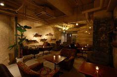 暖かなキャンドルの光とアンティークの家具に囲まれた、おしゃれなダイニングカフェ。