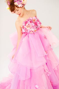 【THE HANY 2013 アレット】チュールとオーガンジーをランダムに重ねたエンパイアスタイル。胸元のカラフルな花がロマンチックな雰囲気をプラスします。前からも見えるよう大きく作られたバックリボンが花の妖精のようです。