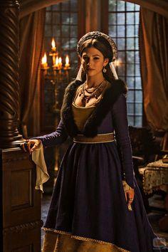 Úrsula Corberó es  Margarita de Habsburgo. - Archiduquesa de Austria, infanta de España y duquesa de Saboya, formó parte de la política de matrimonios que conciertan los Reyes Católicos con la casa Borgoña. Princesa consorte de Asturias