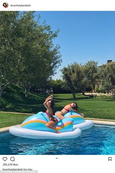 Kendall Jenner and Kourtney Kardashian straddle a pool float while getting wet and wild in their bikinis.Taylor Swift goofs around on a pool float while wearing Kendall Jenner Modeling, Kylie Jenner Outfits, Kendall And Kylie Jenner, Kardashian Jenner, Kourtney Kardashian, Kardashian Style, Selfies, Ft Tumblr, Foto Pose