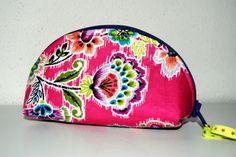 Pouzdýrko na drobnosti.  Ušito podle: http://keyka.typepad.com/my_weblog/2011/08/lets-make-dumplings-free-zip-pouch-tutorial.html