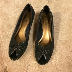 """Navy peep toe pumps This pair of peep toes by Life Stride features a navy fabric body, cushioned insole, 2 1/4 """" heel and bow accent. Size 9. Excellent condition! Life Stride Shoes Heels"""