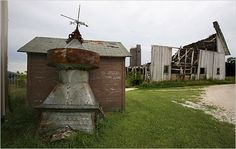 Image from http://graphics8.nytimes.com/images/2008/09/07/us/07IowaBarn.span.jpg.