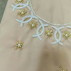 Hand Embroidery Dress, Kurti Embroidery Design, Flower Embroidery Designs, Embroidery Saree, Simple Embroidery, Hand Embroidery Stitches, Embroidery Fashion, Beaded Embroidery, Bead Embroidery Tutorial