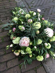 Rouwstuk met pioenrozen Floral Wreath, Gardens, Wreaths, Home Decor, Floral Crown, Decoration Home, Door Wreaths, Room Decor, Outdoor Gardens