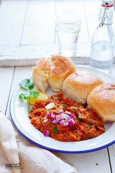 How to make Mumbai Style Pav Bhaji Recipe at home? This fool proof street food is served with Pav { Dinner Rolls }, chopped onions, lemon wedges and butter. Vegetarian Lunch, Vegetarian Recipes, Delicious Recipes, Best Indian Recipes, Ethnic Recipes, Mumbai Street Food, Bhaji Recipe, Pav Bhaji, Desi Food