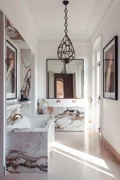 Window Mirror Decor Ideas Throws pillows candles baskets are great items for winter decor. Simple Home Decoration, Cheap Home Decor, Old Home Remodel, Vogue Living, Hippie Home Decor, Paris Apartments, Bathroom Interior, Bathroom Inspo, Apartment Interior