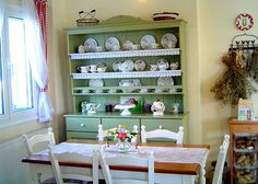 Vintage country cottage Eat in kitchen