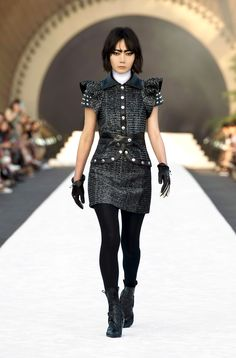 A look from the Louis Vuitton Cruise 2018 Collection